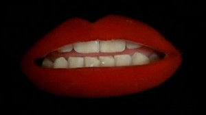 Los labios pintados de Patricia Quinn, que interpreta a Magenta