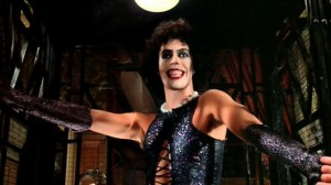 Tim Curry está inquietantemente seductor en su papel de Frank-N-Furter