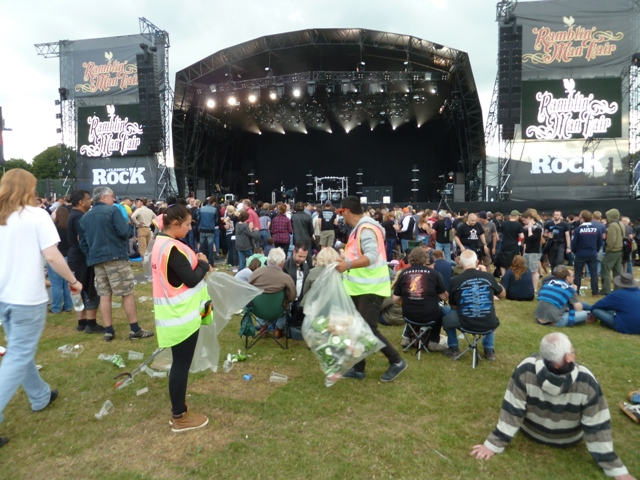 Limpiando el Main Stage tras uno de los conciertos