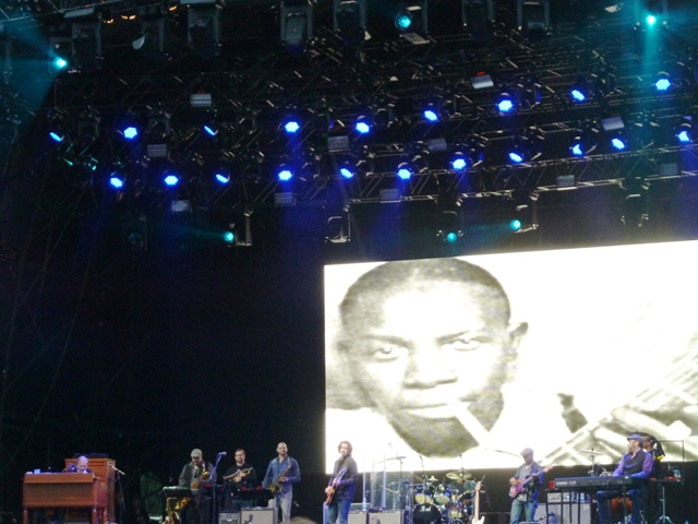 Gregg Allman con Robert Johnson en la pantalla gigante