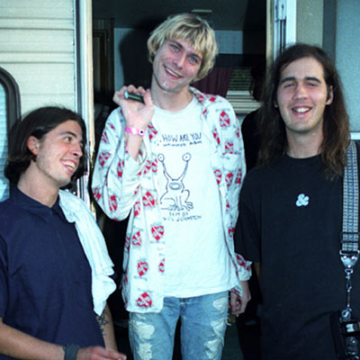 Nirvana haciendo el ganso junto a su caravana en el backstage de los MTV VMA 1992