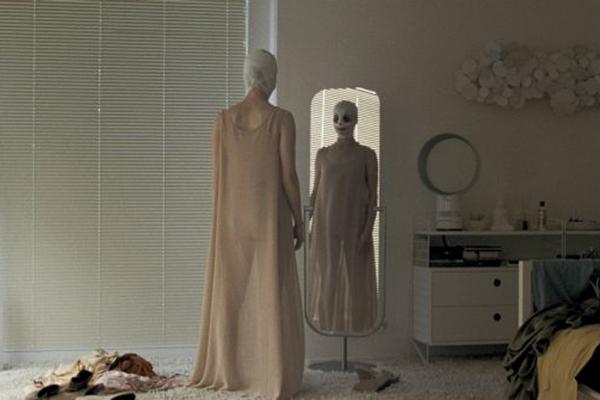 """fotograma de """"Goodnight Mommy"""" donde la madre de los gemelos Schwarz se mira al espejo antes de quitarse el vendaje"""