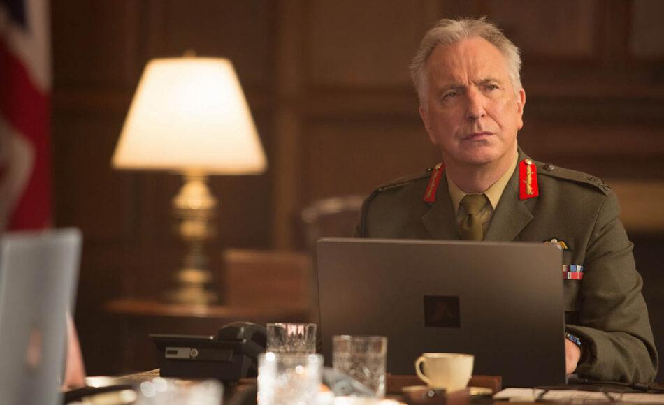 El recientemente fallecido Alan Rickman interpreta al Teniente general Frank Benson