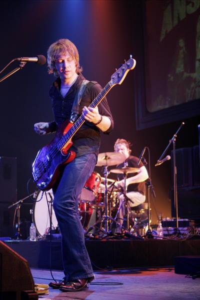 James Heatley (batería) y Michael Waters (bajo)